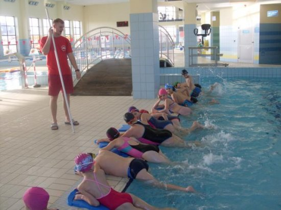 Maluchy zeSzkoły Podstawowej uczą się pływać!